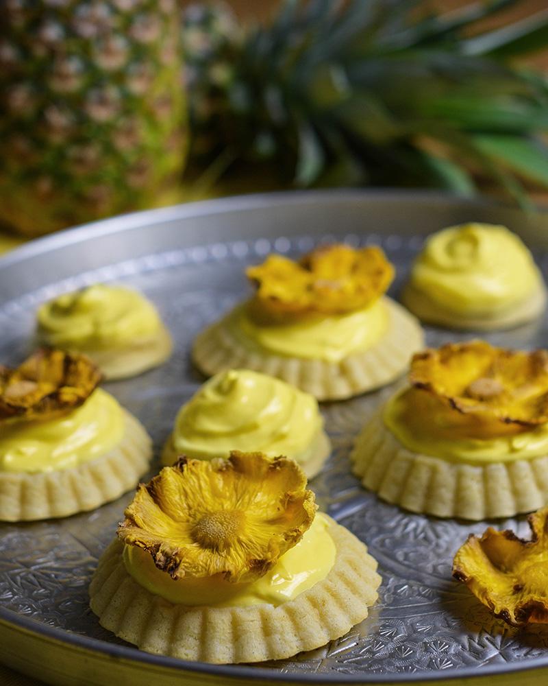 Piña-Colada-Tartelletes mit Ananasblüten