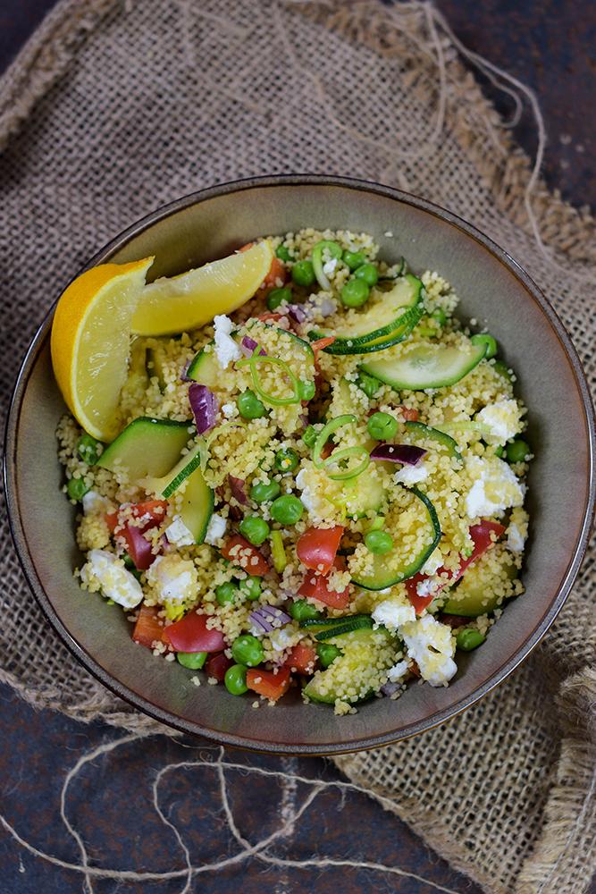 Couscous-Salat mit Gemüse und Feta