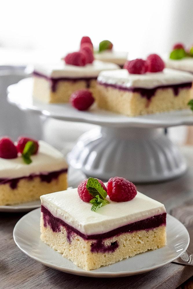 Beeren Poke Cake mit Zitronen-Joghurt-Creme