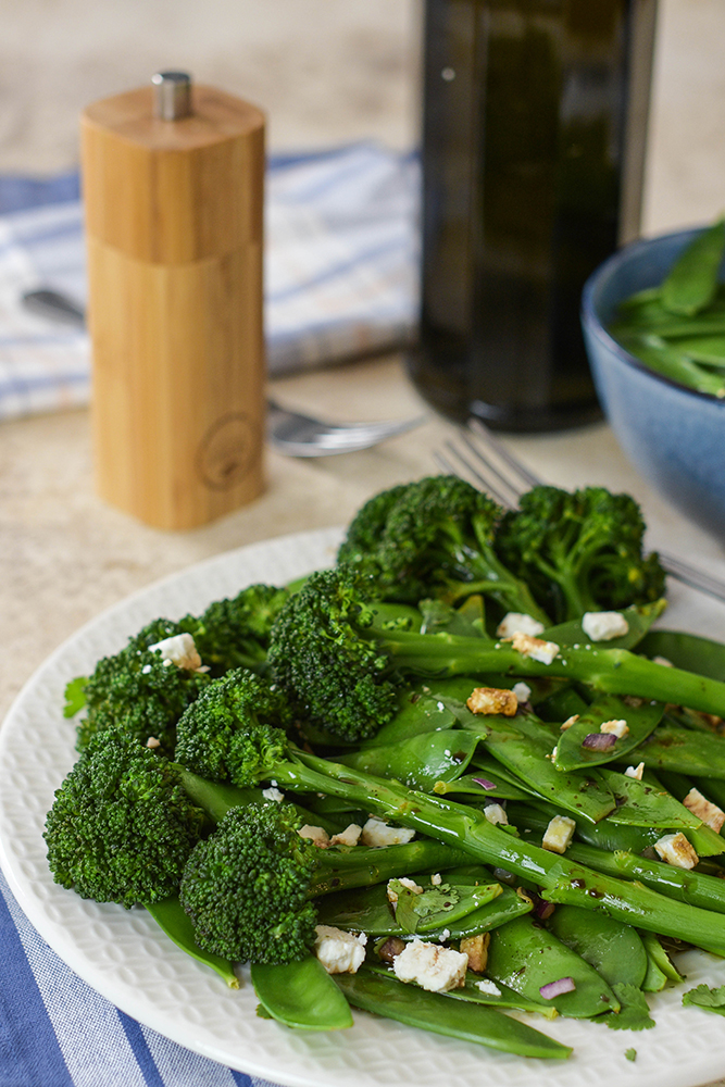 Brokkoli-Zuckerschoten-Salat mit Feta