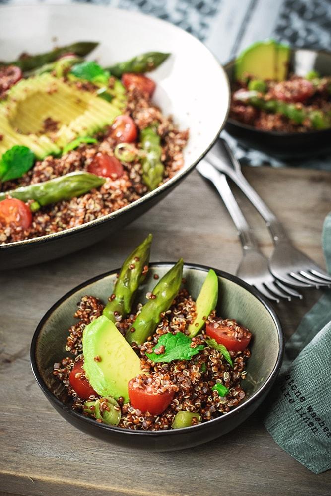 Roter Quinoa-Salat mit Avocado und Spargel