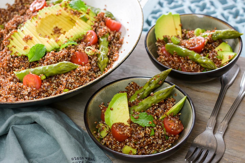 Roter Quinoa-Salat mit Spargel und Avocado