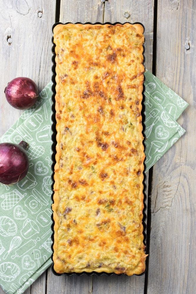 Zwiebelkuchen mit würzigem Käse