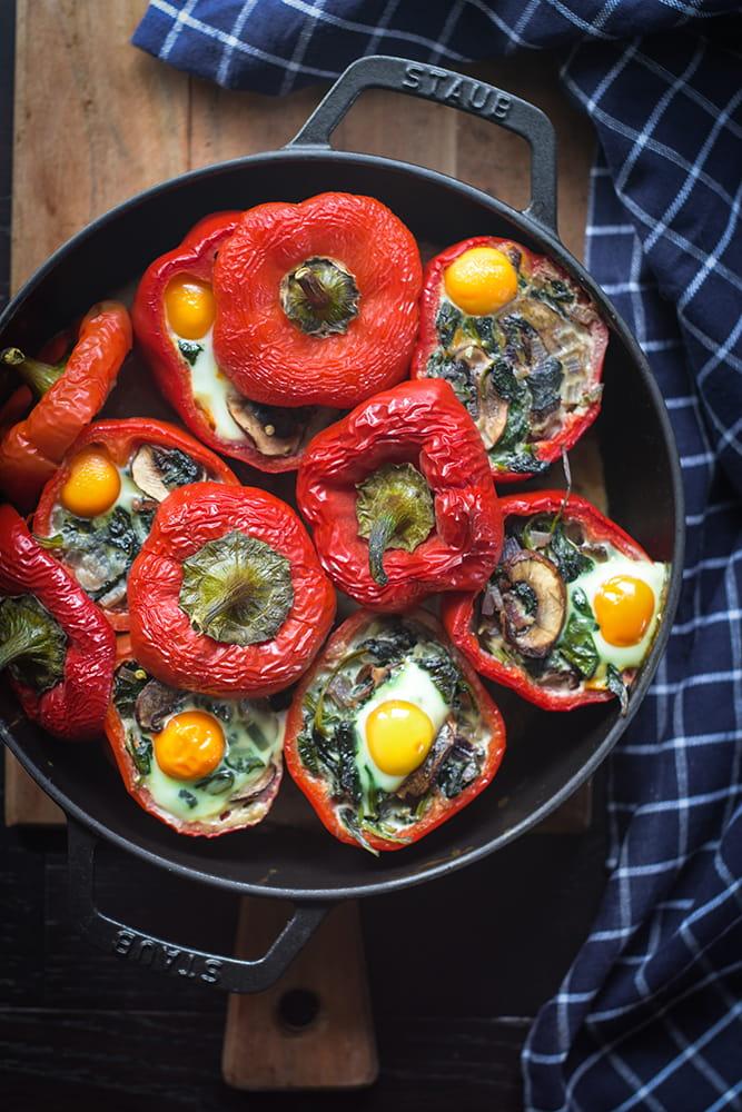 Mit Spinat, Pilzen und Wachteleier gefüllte Paprika