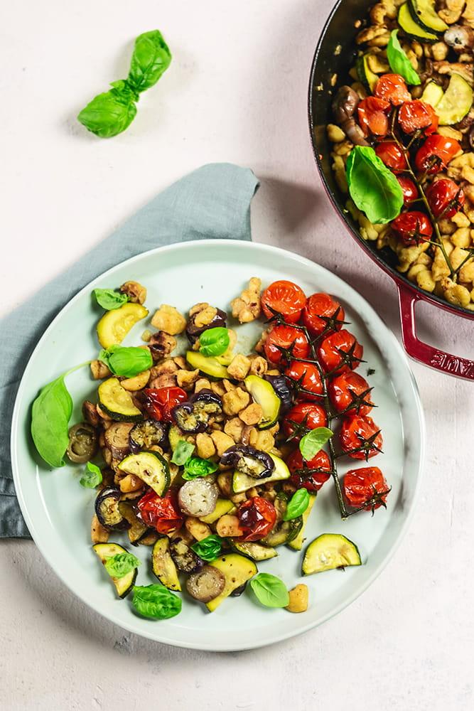 Knöpfle-Salat mit mediterranem Ofen-Gemüse