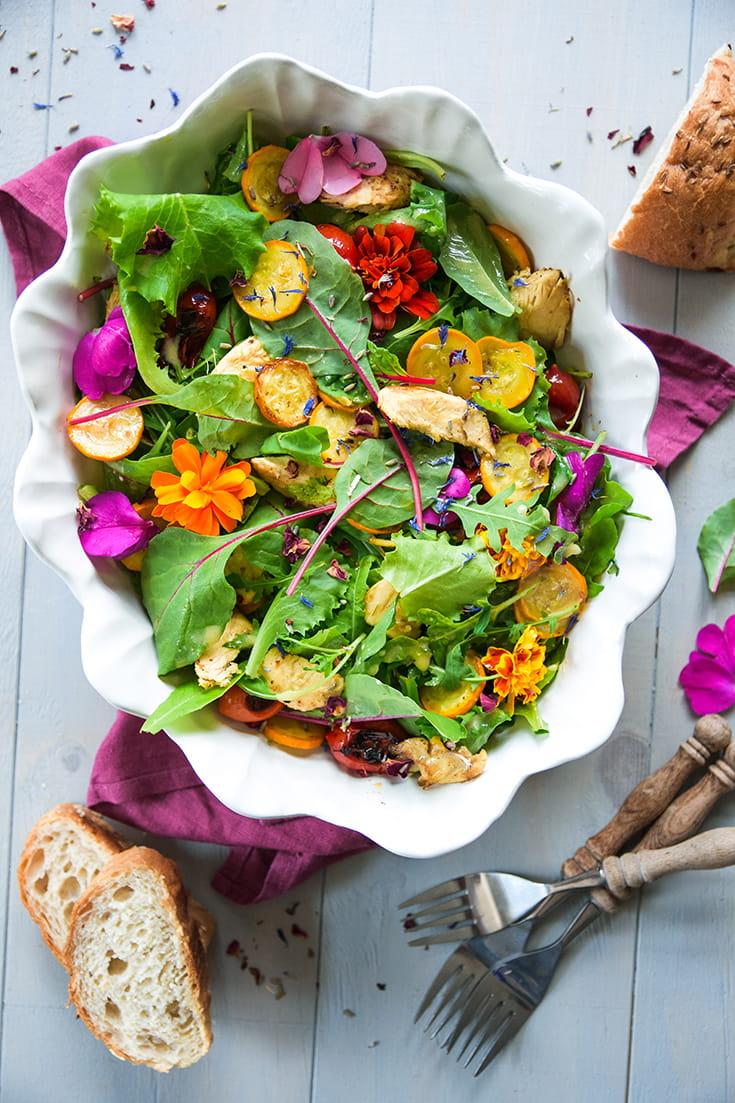 Bunter Salat mit Grillgemüse und Hähnchenstreifen