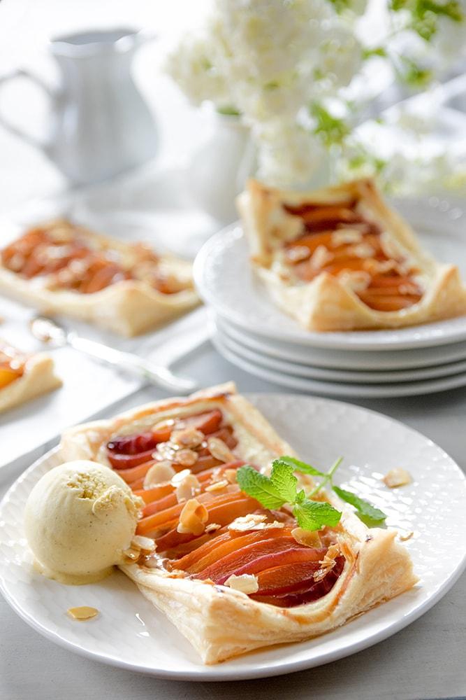 Einfache Käsekuchen-Pfirsichplunder mit Blätterteig