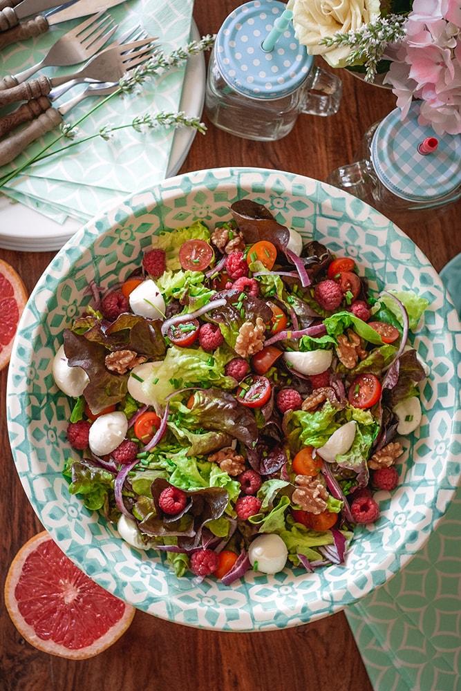 Fruchtig frischer Sommersalat mit Grapefruit-Himbeer-Dressing und Büffelmozzarella