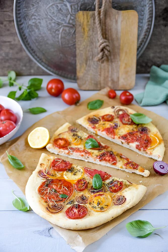 Focaccia mit Tomaten, Zwiebeln und Zitrone
