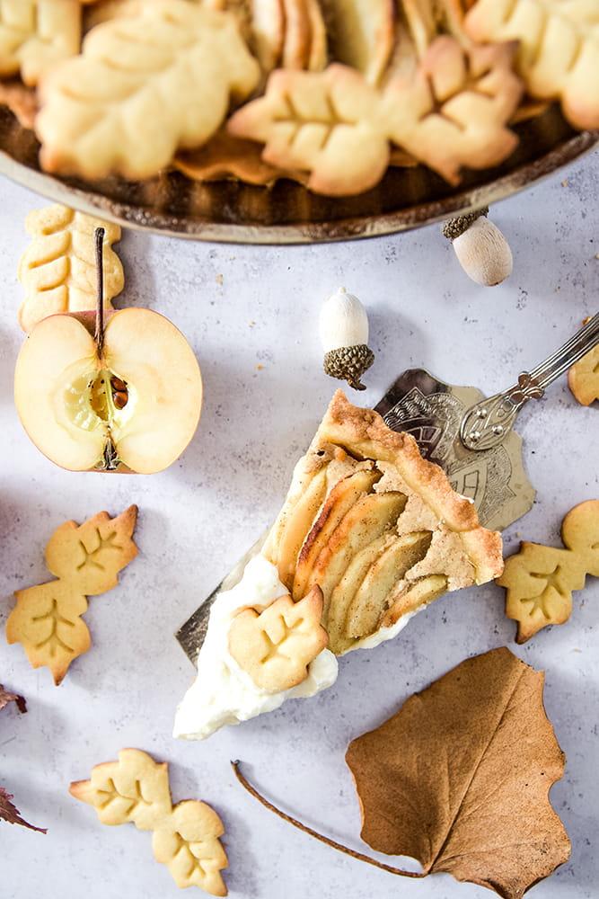 Apfelkuchen mit Käsekuchencreme und Plätzchen