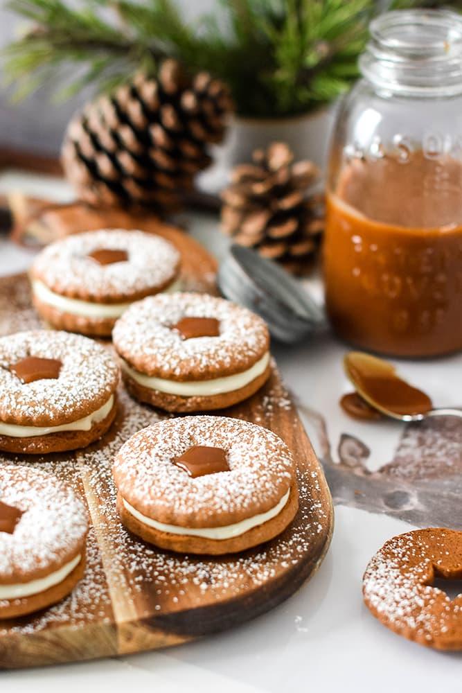 Lebkuchenkekse mit einer Vanillelikör-Creme und Karamell