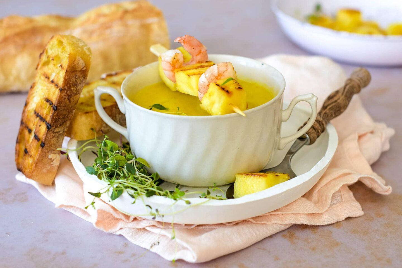 Ananas-Curry-Suppe mit Garnelen Spieße