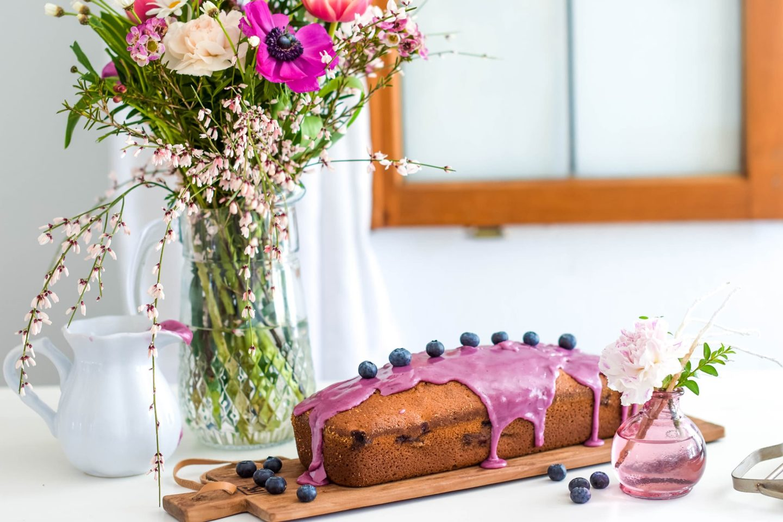 Eierlikör Kuchen mit Blaubeeren und Blaubeerguss