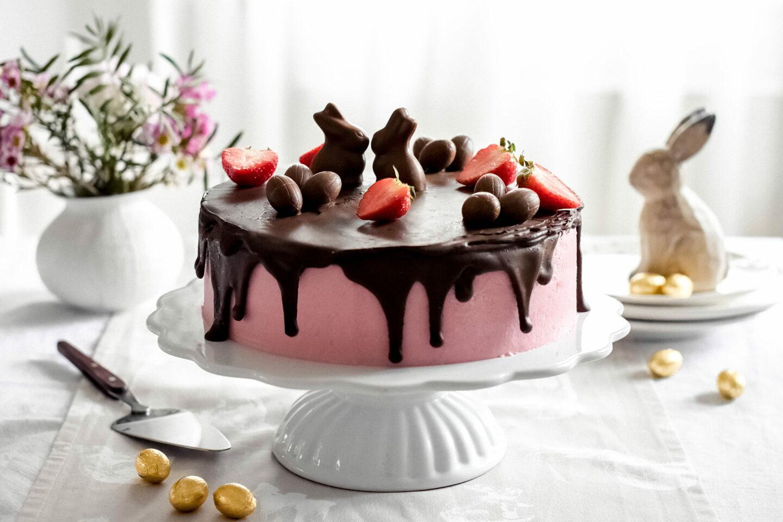 Rhabarber-Beeren Oster-Drip-Cake