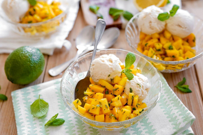 Mangosalat mit Vanilleeis