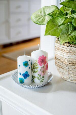 Kerzen verschönern mit Trockenblumen